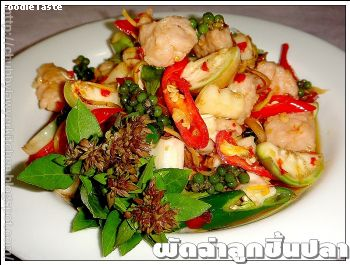 �Ѵ����١��鹻�� (Spicy stir fried fish balls and herbs)