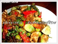 �Ѵ�紷ȡѳ����ø (Spicy Green Curry Paste Stir Fry with Chicken)