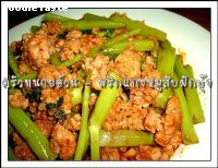พริกแกงหมูสับผักบุ้ง (Stir fried minced pork and Chinese spinach with re curry paste)