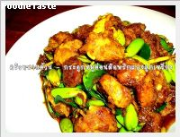 ��д١�����͹�Ѵ��ԡᡧ�١����§ ( stir fry pork cartilage bone with southtern curry paste and reng nut)