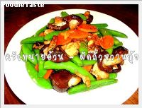 ผัดถั่วหวานกุ้ง (Stir fried sweet peas with carrot, fresh shitake mushroom and shrimps)
