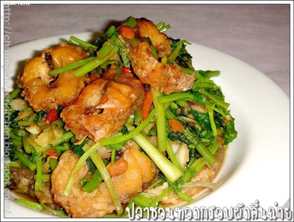 ��Ҫ�͹�ʹ��ͺ�Ѵ��蹩��� (Stir fried deep fried snake fish cutlets and Chinese celery)