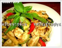 �ȡѳ����ǹ(Stir fried green curry with coconut shoot)