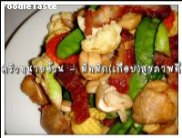 �Ѵ�ѡ(��ͺ��)�ѡ���آ�Ҿ (Stir fried crispy skin pork and mixed vegetable)