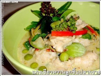 ᡧ������ҹ�١��鹻�ҡ��� (Green curry with fish balls)