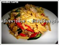 �Ѵ˹���������Ѻ (Stri fried pre boiled bamboo shoot and minced pork)