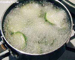 การต้มผักใช้น้ำเดือด ไฟแรง แล้วแช่ด้วยน้ำแข็ง