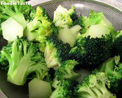 ช็อคผักที่ลวก ด้วยวิธีการแช่น้ำแข็งเพื่อให้ผักเขียวแล้วสดสีสวย